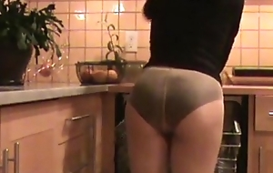 Mom cleans scullery in Pantyhose